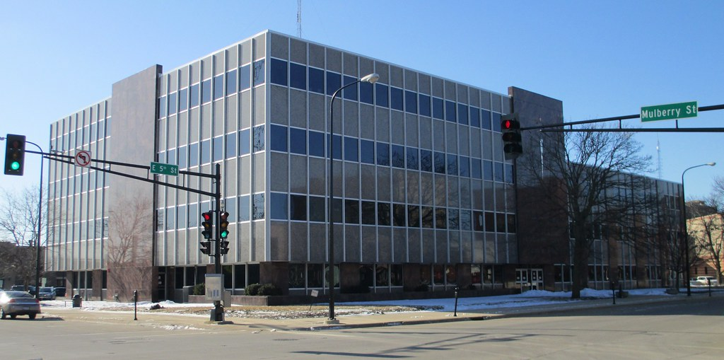 Black Hawk County Courthouse, Waterloo, IA (source: Flickr)